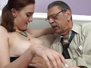 Esta puta quiere que este abuelo se corra dentro de ella